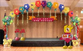Оформление сцены школьного мероприятия, посвященного Дню победы стендами, панно и напольными вазами