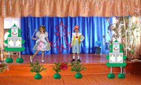 Стенды и напольные вазы на Новогоднем празднике в школе