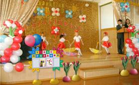 Оформление сцены школьного праздника стендами и напольными вазами